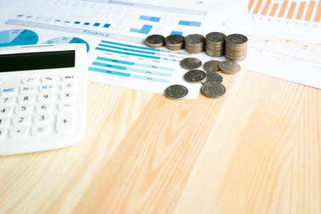 Concept d'entreprise avec calculatrice et pièces de monnaie