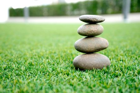 草の上積み重ねられた石