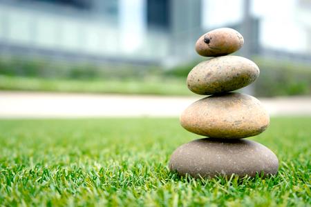 Piedras apiladas en la hierba Foto de archivo - 83093483