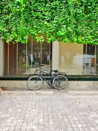 Bicycle in Front of a Entrance to the Coffee Shop 版權商用圖片