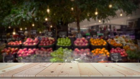 Empty wood table top with fruit market blurred background 版權商用圖片