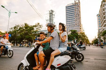 Family on motorbike on the roadway. Nha chang. May 24, 2015 Редакционное