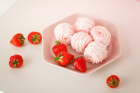 strawberry marshmallow with strawberries on a plate 스톡 콘텐츠