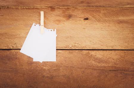 paper note: papel de nota sobre fondo de madera