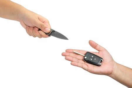 robo de autos: Mano que sostiene las llaves del coche y manejo de cuchillos concepto de robo de auto robo