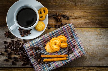 Koffiekoekjes op een houten lijst in de ochtend.