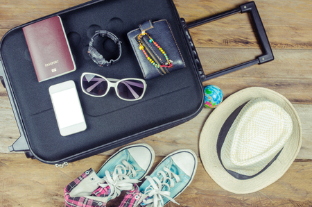 Reisaccessoires kostuums. Paspoorten, bagage, brillen De kosten van reizen kaarten voorbereid voor de reis