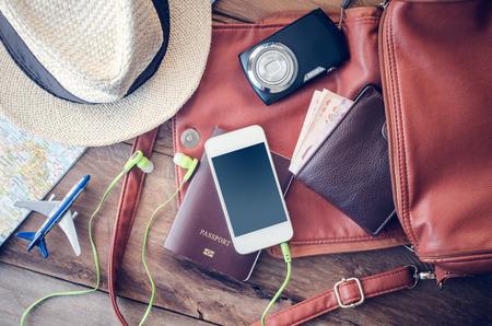 travel: 여행 액세서리 의상. 여권, 수하물, 여행 준비 여행지도의 비용을 안경