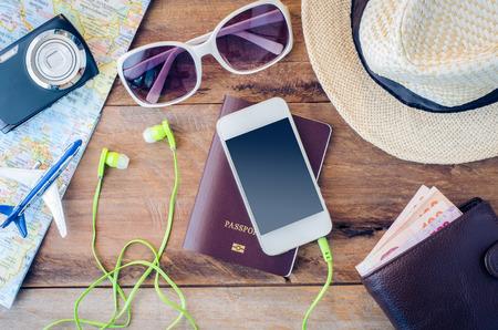 여행: 여행 액세서리 의상. 여권, 수하물, 여행 준비 여행지도의 비용을 안경