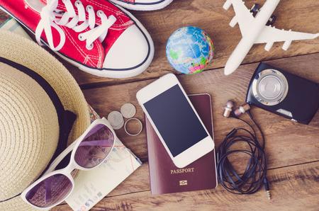 ropa de verano: Ropa y accesorios para viajes Foto de archivo