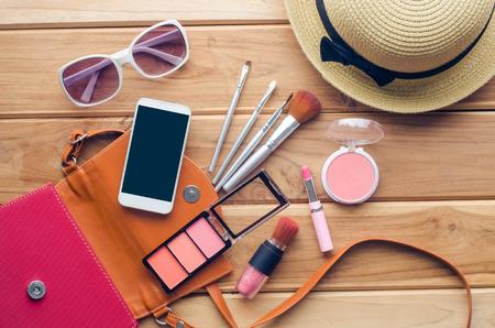 Visita equipos de la muchacha adolescente, cosméticos, accesorios, maquillaje, los zapatos, los teléfonos inteligentes, bolso, sombrero listo para viajar. Foto de archivo