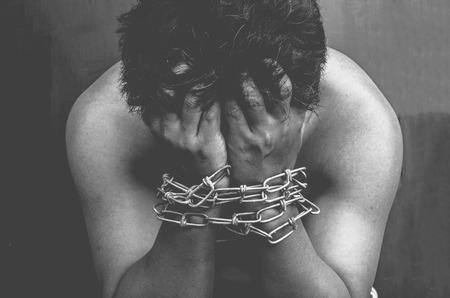 Los presos varones están siendo interpretados en las cadenas de la muñeca son de tono negro y blanco Foto de archivo