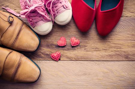 zapatos, tres pares de papá, mamá, hija - el concepto de familia Foto de archivo