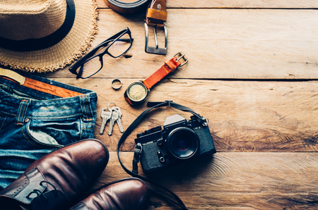 アクセサリー衣装を旅行します。パスポート、荷物、旅行の準備、旅行地図のコスト 写真素材 - 75807205