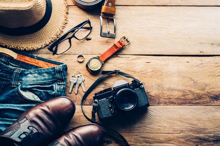Reisaccessoires kostuums. Paspoorten, bagage, De kosten van reiskaarten die voor de reis zijn voorbereid Stockfoto - 75807205