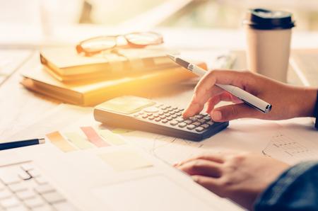 Geschäftsmann arbeiten mit einem Taschenrechner und Laptop. Im Büro Geschäftskonzept