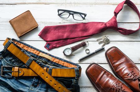 Ropa y accesorios para hombres en el suelo de madera Foto de archivo - 79457028