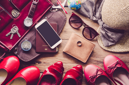 Ropa y accesorios para las mujeres, colocado en un piso de madera.- concepto de vida