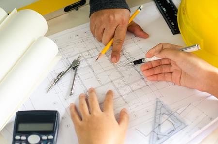 Los equipos de ingeniería se reúnen para presentar y discutir el trabajo de construcción diseñado e implementado.