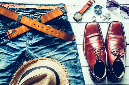 Ropa y accesorios para hombres en piso de madera - concepto de vida Foto de archivo