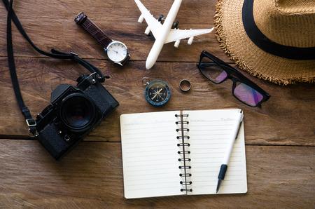 Planificación de ropa y accesorios de viaje en piso de madera