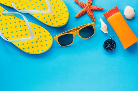 Accesorios de ropa para el verano en el suelo de papel azul - concepto de estilo de vida