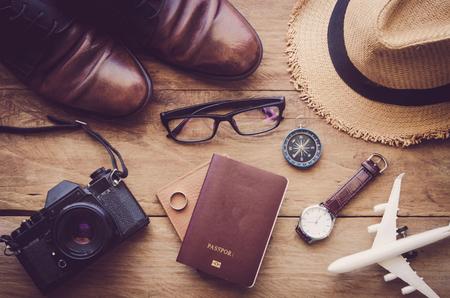 Accesorios de viaje en suelo de madera listos para el recorrido