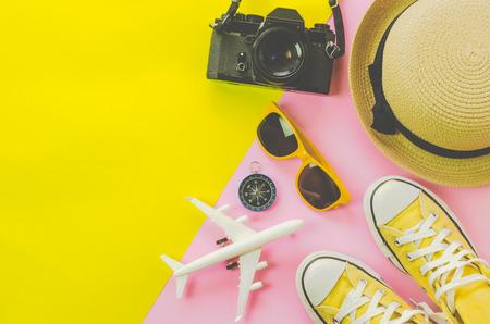 Accesorios de ropa para el verano en el suelo de papel multicolor - concepto de estilo de vida