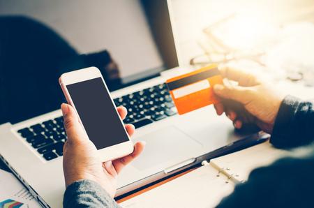 Maneje tarjetas de crédito con los ordenadores portátiles se compraron en línea