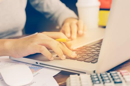 Equipo de trabajo hombre de negocios. trabajando con el ordenador portátil en la oficina de espacio abierto. informe en curso de reuniones. sol efecto de deslumbramiento Foto de archivo