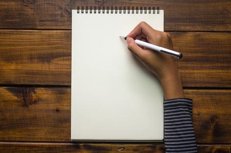Primer plano de la escritura de la mano en el papel