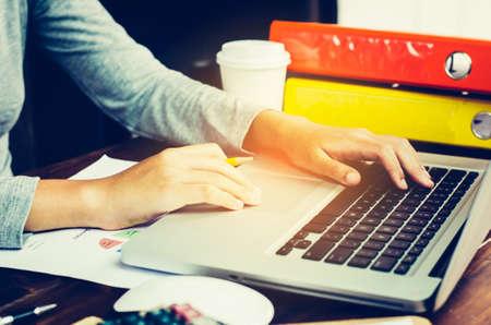 Mujer de negocios que trabajan en la computadora portátil en la oficina