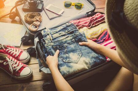 Los turistas están haciendo el equipaje para viajar.