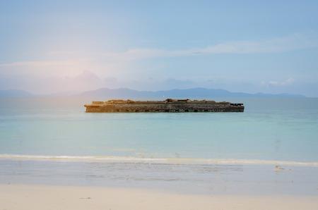 El mar está limpio con los restos del edificio en el medio del agua. Foto de archivo
