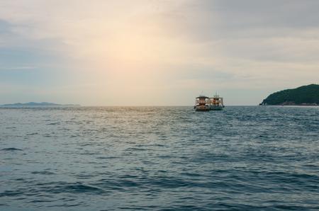 Los barcos de pasajeros llevan turistas a través de la isla.