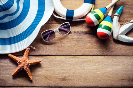 Accesorios traje de viaje para el verano en el piso de madera.