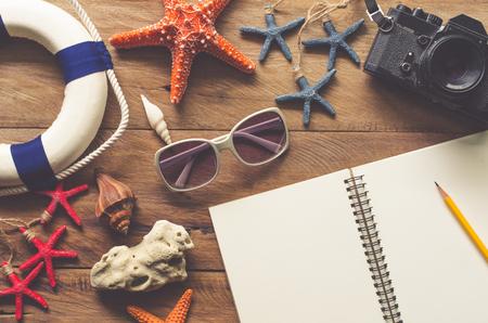 Planificación de viajes y accesorios de viaje en suelos de madera para viajar en verano