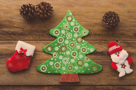 Adornos navideños colocados en suelos de madera. Foto de archivo