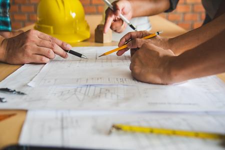 Die Ingenieurteams treffen sich, um die geplanten und umgesetzten Bauarbeiten vorzustellen und zu diskutieren. Standard-Bild