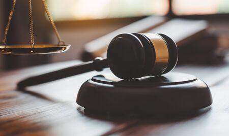 Tema della legge, mazza del giudice, agenti delle forze dell'ordine, casi basati su prove e documenti presi in considerazione.