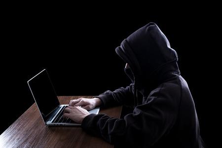 Anonieme hacker met laptop in het donker. Cyber beveiligingsconcept