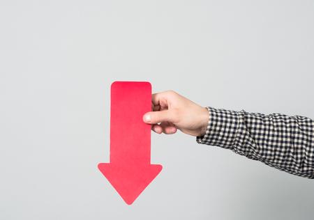 Hand die en rode pijl vasthoudt richt Stockfoto