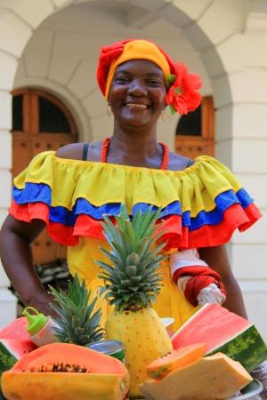 カルタヘナ、コロンビア日 2012 年 12 月 16 日の市場でフルーツなしモデル リリース可能エディトリアル使用のみを売る女性 報道画像