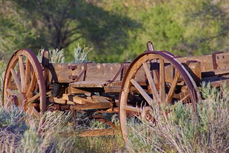 carreta madera: Un viejo vag�n de madera en un rancho Foto de archivo