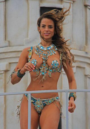 2016 年 2 月 7 日、メキシコのベラクルスのカーニバル中にパレードで行うダンサー