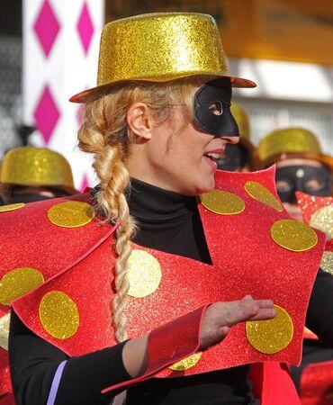 2017 年 2 月 26 日ポルトガル、Loule のカーニバル中にパレードで行うダンサー 報道画像