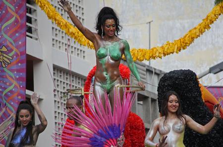 Dansers uitvoeren tijdens een parade tijdens een carnaval in Loule, Portugal 28 februari 2017 Geen model release Alleen redactioneel gebruik