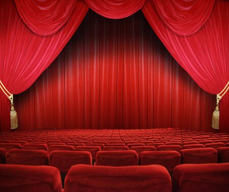 sipario chiuso: cinema classico con posti a sedere rossi Archivio Fotografico