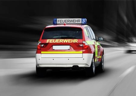 voiture de pompiers: Pompiers en route vers la maison en feu Banque d'images