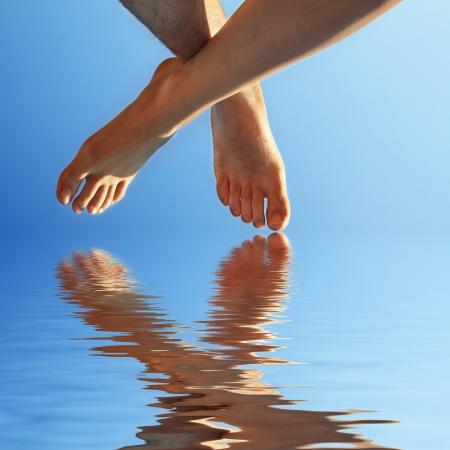 pied fille: les hommes et les femmes sur l'eau à pied